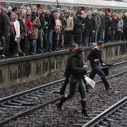 Nichts geht mehr in Paris: Auf den übervollen Bahnsteigen hoffen Pendler auf den nächsten Zug
