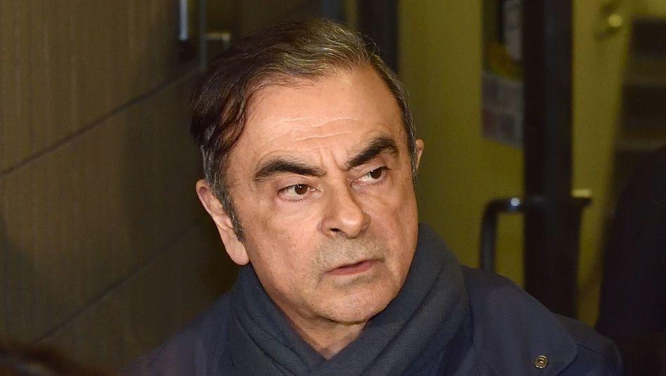 Carlos Ghosn verlässt am 3. April das Büro seines Anwalts in Tokio