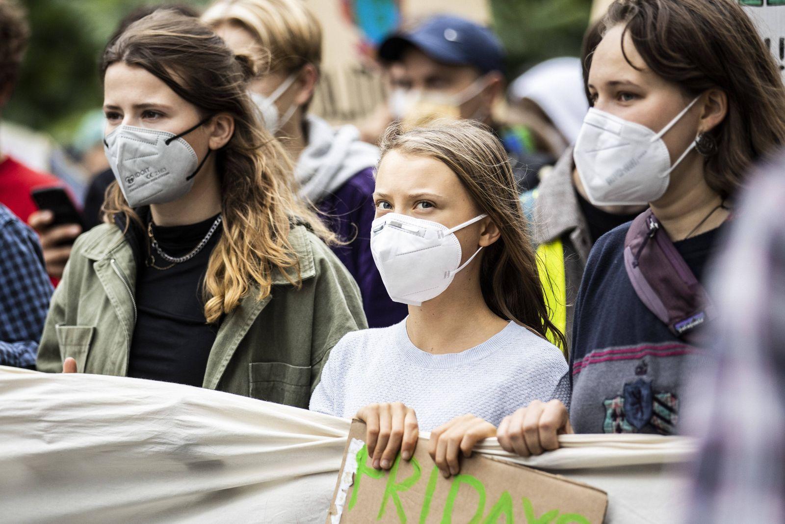 Greta Thunberg (M), Klimaaktivistin, und Luisa Neubauer (L), Klimaaktivistin bei Fridays for Future, protestieren anlaes