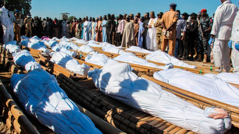 Trauernde beim Begräbnis der getöteten Landarbeiter in Nigeria