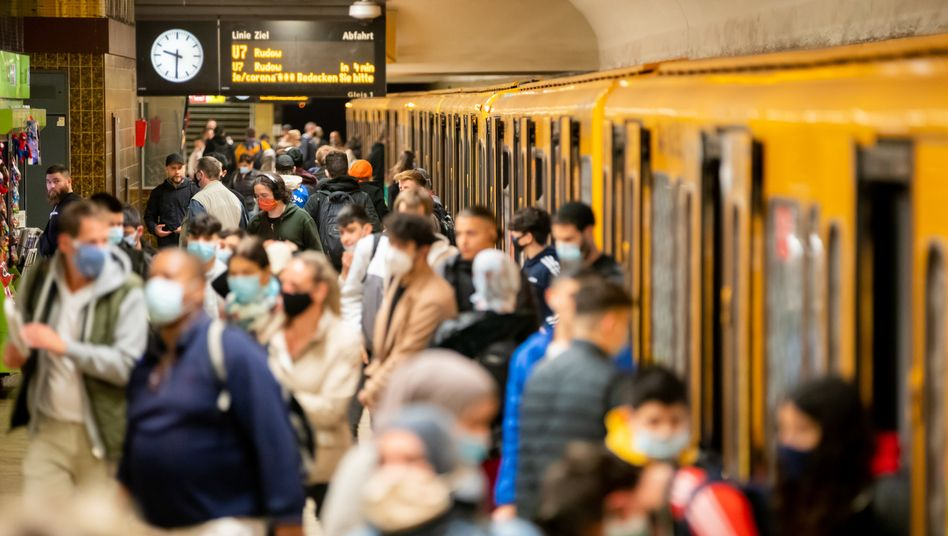 Menschenansammlung in der Berliner U-Bahn: Mehr als 1600 Neuinfektionen