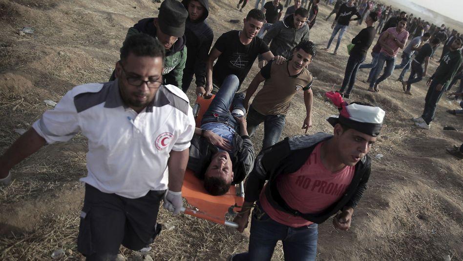 Sanitäter versorgen Verletzte im Gazastreifen
