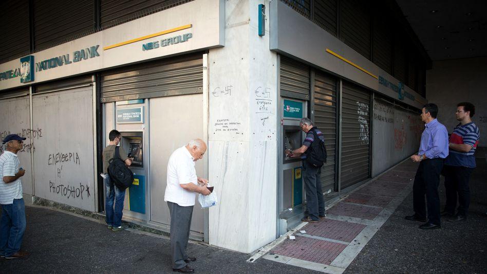 """Anstehen vor den Bankautomaten: """"Wir hatten schon immer wirtschaftliche Schwierigkeiten"""""""