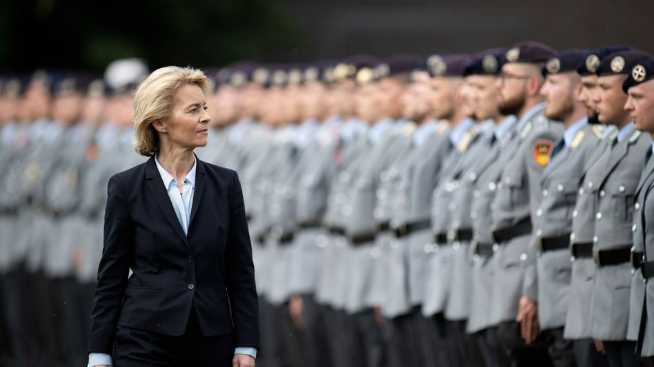 Ursula von der Leyen mit Bundeswehrsoldaten (Foto von 2018): Musikauswahl für Großen Zapfenstreich steht