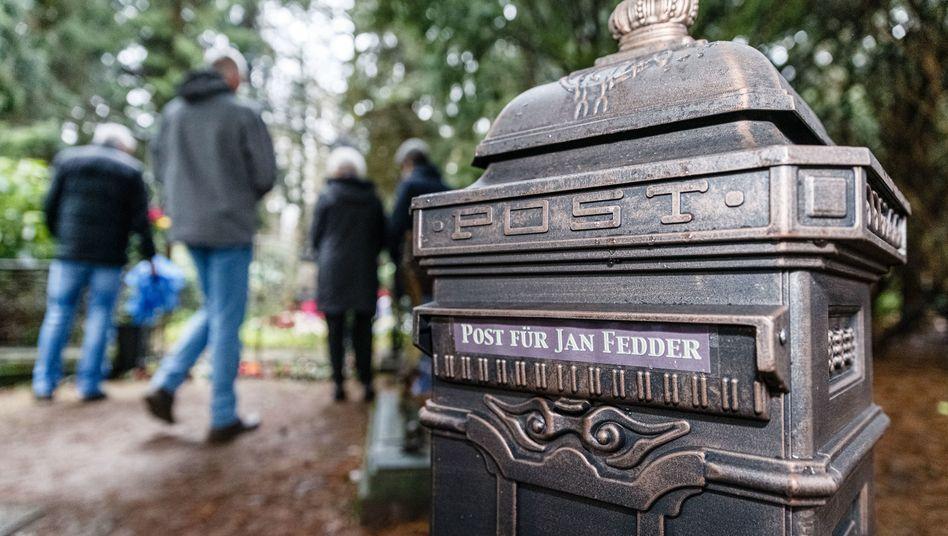 """""""Post für Jan Fedder"""": Der Briefkasten steht direkt am Grab auf dem Ohlsdorfer Friedhof"""