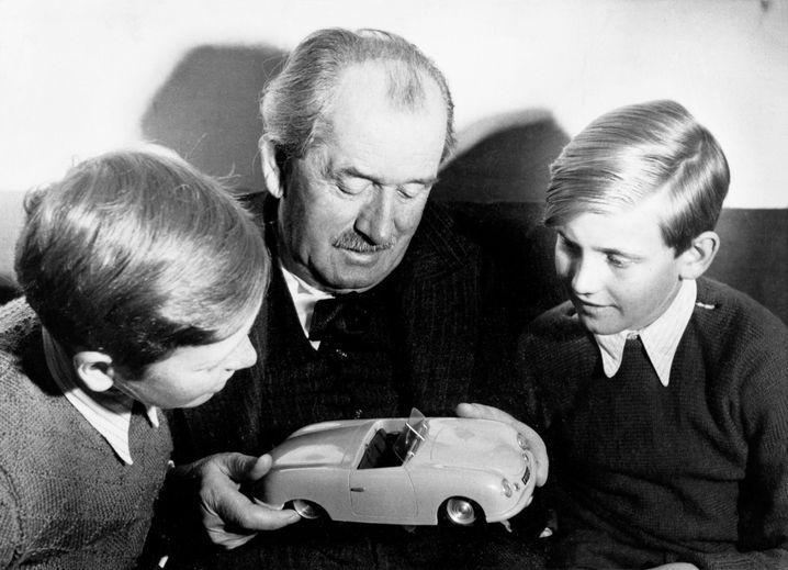 Ferdinand Porsche mit seinen Enkelkindern Ferdinand Piech (r.) und Ferdinand Alexander Porsche