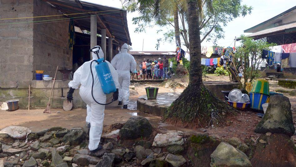 Medizinisches Personal in Monrovia, Liberia: Auch viele Helfer haben sich mit Ebola infiziert