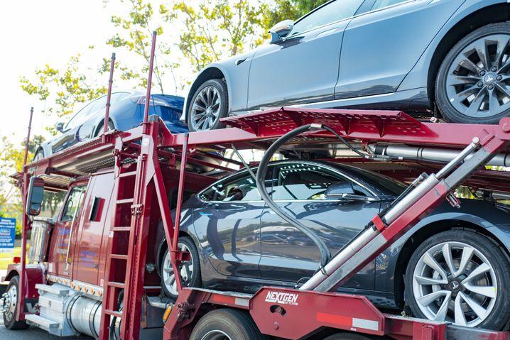 Teslas auf dem Weg zu Kunden