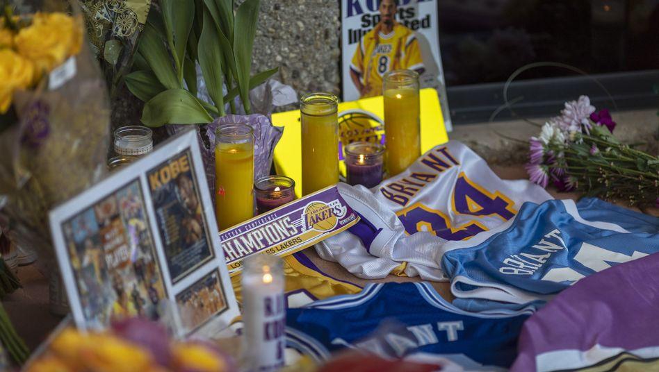 Fans von Kobe Bryant trauern im kalifornischen Newbury Park um ihr Idol