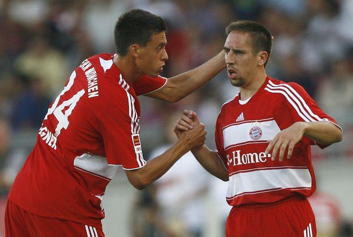 Sandro Wagner klatscht mit Franck Ribéry ab