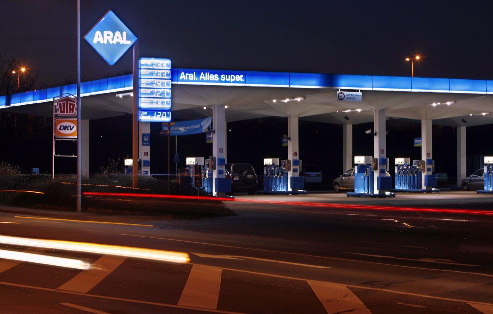 NICHT VERWENDEN Tankstelle bei Nacht