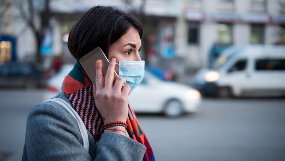 Frau beim Telefonieren: Veränderte Lauterzeugung durch Covid-19