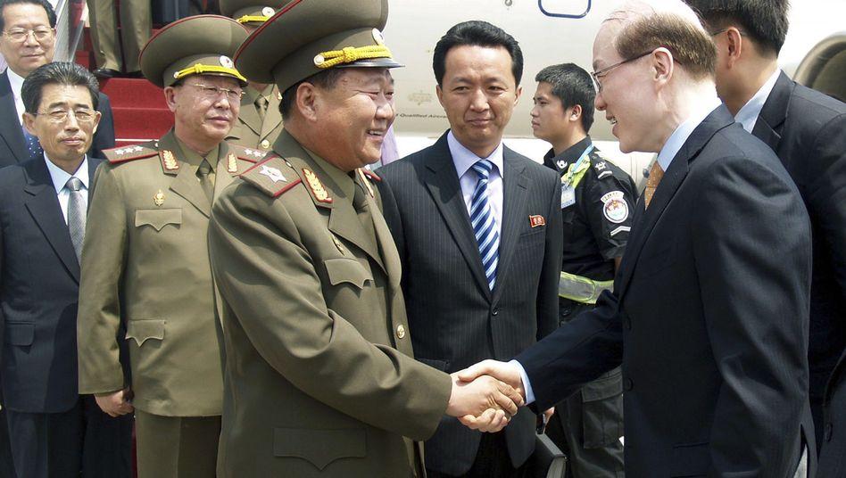 """Nordkoreas Gesandter Choe Ryong Hae (links): """"Keine Friedensgarantie"""""""