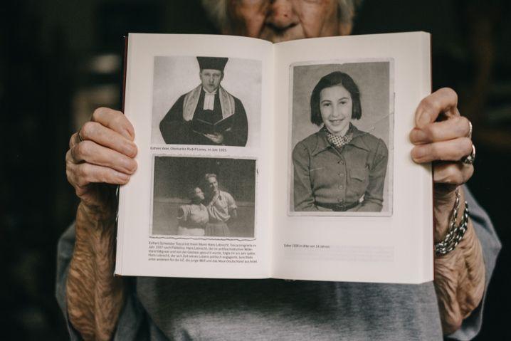 Esther Bejarano hat ihre Erinnerungen und Familienbilder in einem Buch veröffentlicht. Oben links ist ihr Vater zu sehen. Er wurde – genauso wie ihre Mutter und eine Schwester – von den Nazis ermordet. Das Bild rechts zeigt Esther Bejarano im Alter von 14 Jahren.