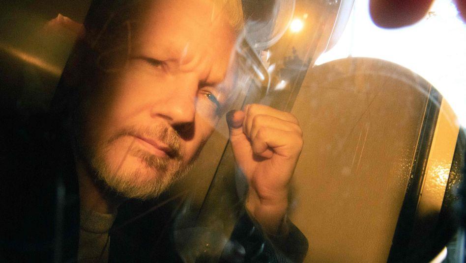 Julian Assange ballte vor der Urteilsverkündung in London die Faust