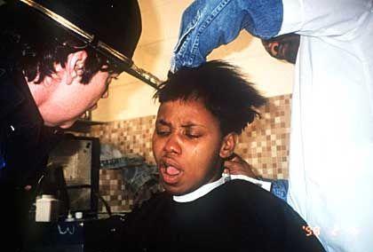 Eintrittszeremonie: Egal, ob männlich oder weiblich - als erstes werden die Haare geschoren