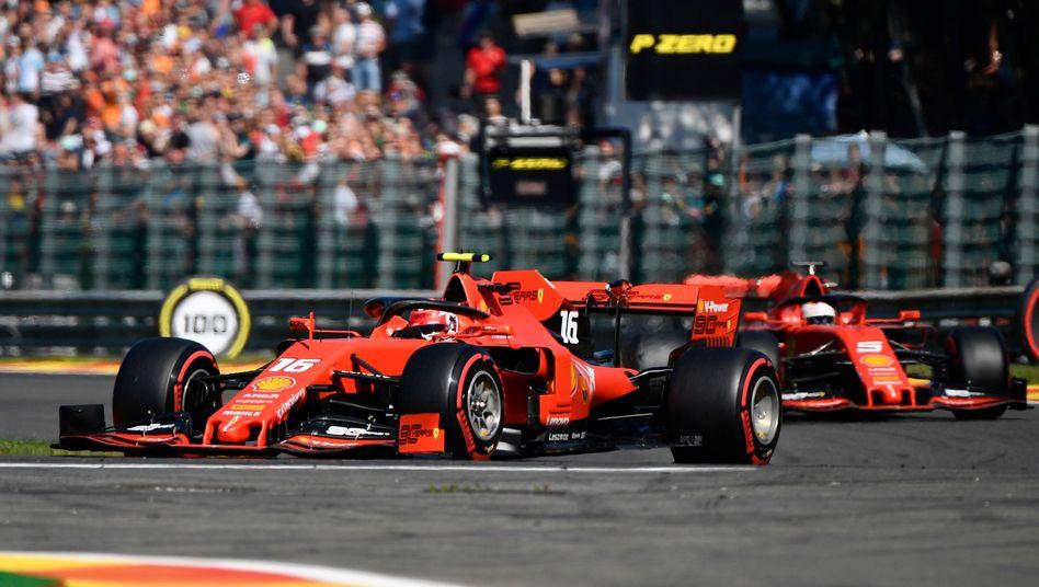 Charles Leclerc im Training vor Sebastian Vettel