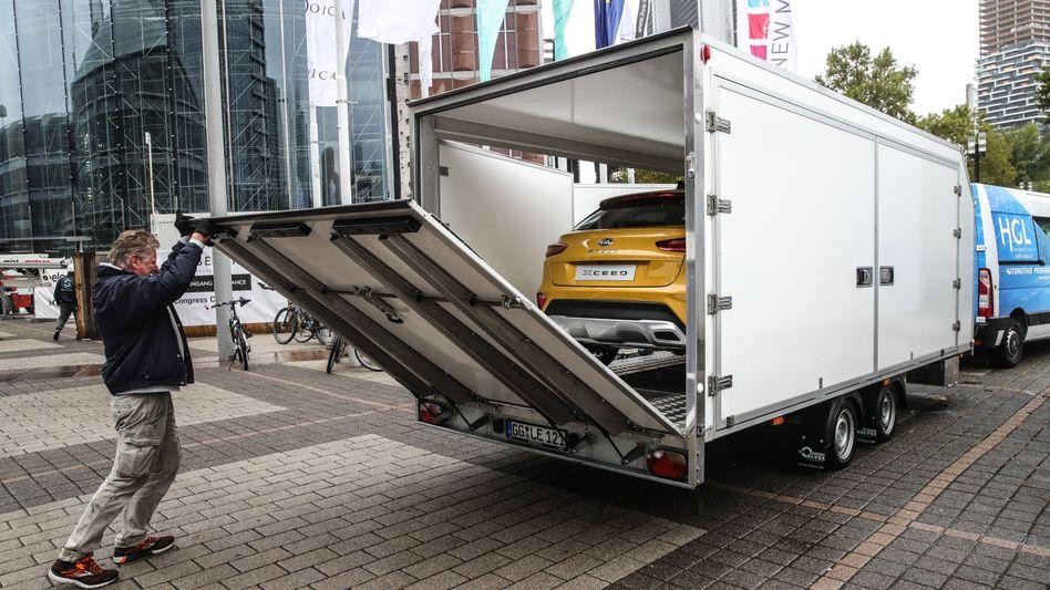Ein Auto wird nach der IAA 2019 in Frankfurt verladen: Der Standort der Messe steht zur Debatte