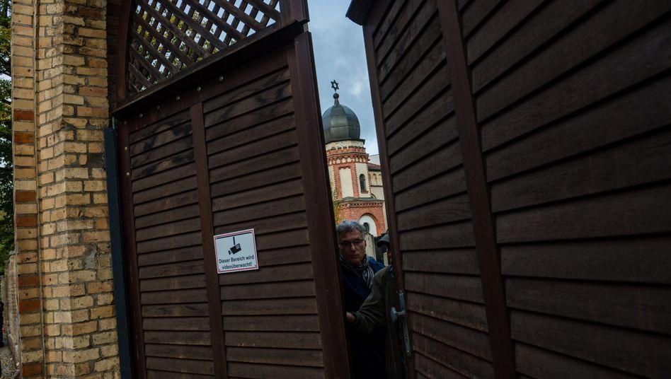 Synagoge in Halle: Eine Tür verhinderte, dass der Täter in das Gebäude gelangte