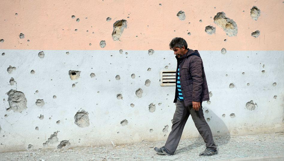 Spuren des Konflikts: Einschusslöcher an einer Wand in Bergkarabach