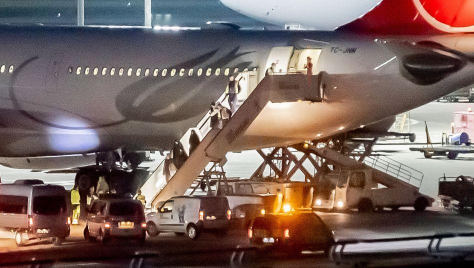 Aus der Türkei abgeschobene IS-Rückkehrer werden Mitte November am Flughafen Tegel von der Polizei in Empfang genommen