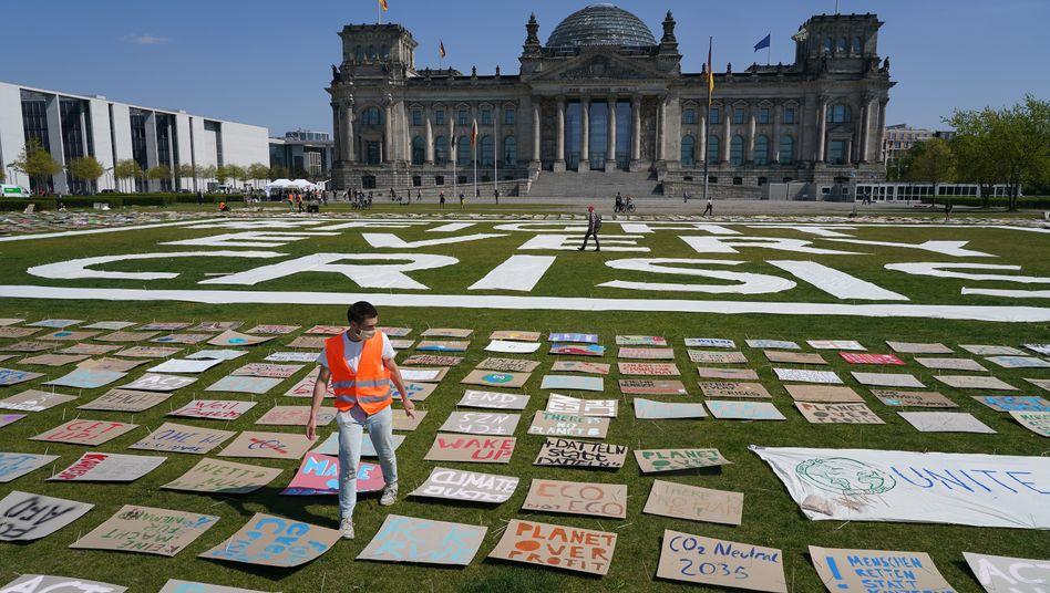 """Protestaktion von """"Fridays for Future"""" vor dem Reichstag in Berlin, 24. April 2020"""