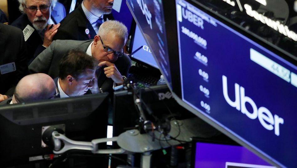 Sorgenvolle Mienen zum Börsenstart von Uber