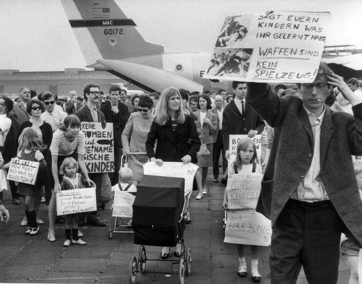 """Demonstrantin Ensslin (M.) am Berliner Flughafen Tempelhof im Juli 1967: """"Sie werden uns alle umbringen - das ist die Generation von Auschwitz"""""""