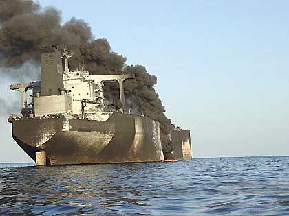 Dicke Rauchwolken steigen aus dem brennenden Supertanker auf