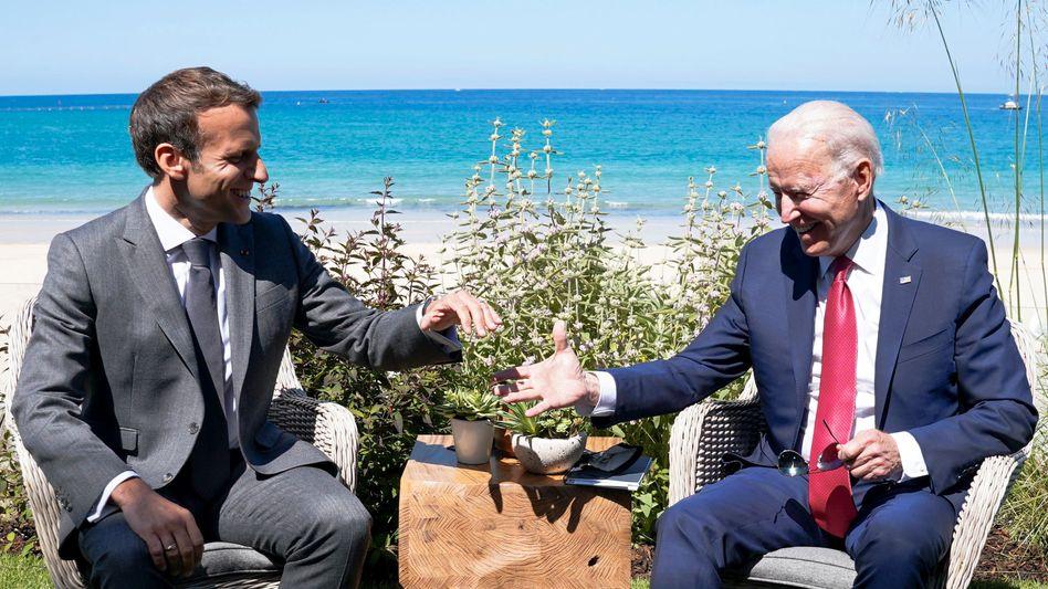 Ausgestreckte Hand: Joe Biden und Emmanuel Macron beim G7-Gipfel