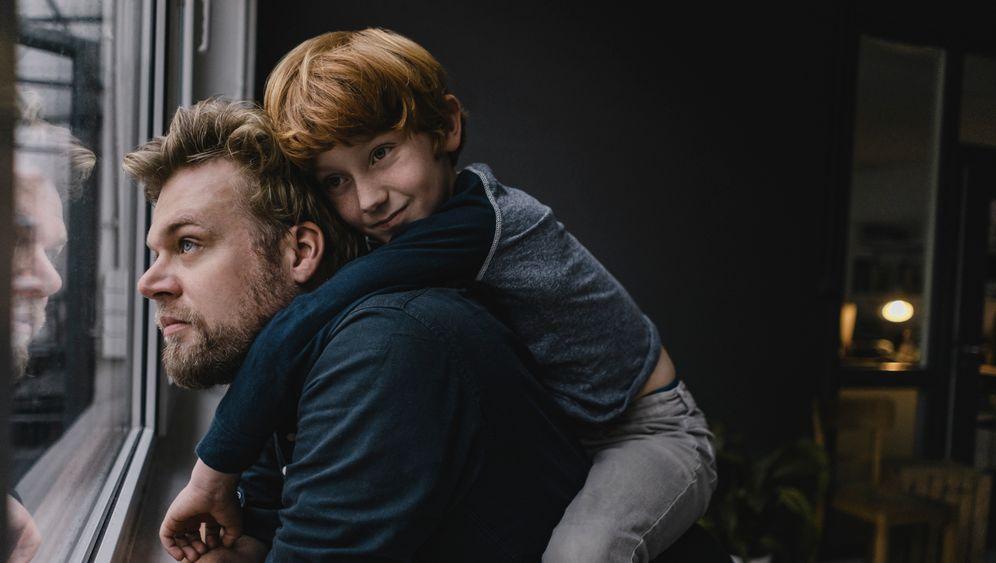 Mann mit Kind (Symbolbild): Wie spreche ich mit Kindern über schwere Krankheiten?