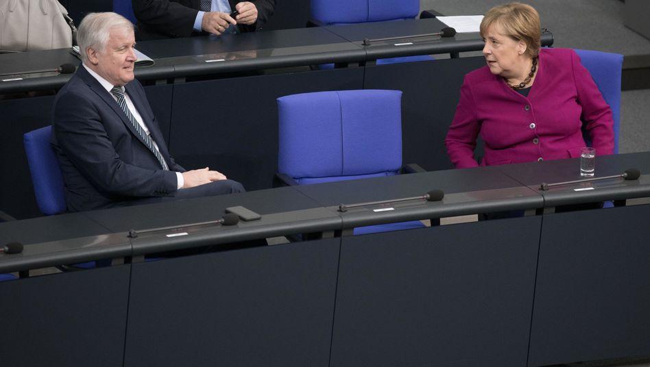 Horst Seehofer und Angela Merkel vor der Debatte zum Mauerfall: Glücklichste Tag in der deutschen Geschichte