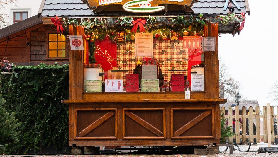 Leere Weihnachtsmarktbude auf dem Lüneburger Marktplatz