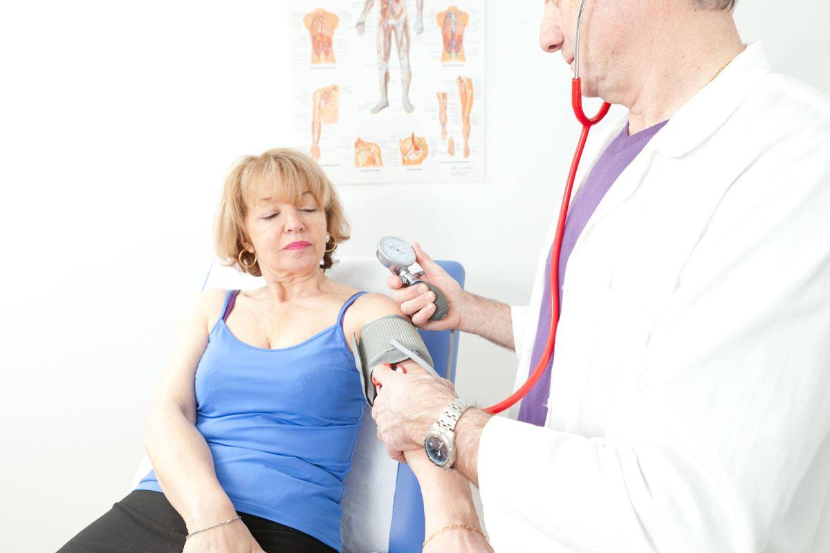 EINMALIGE VERWENDUNG Arzt/ Frau/ Seniorin