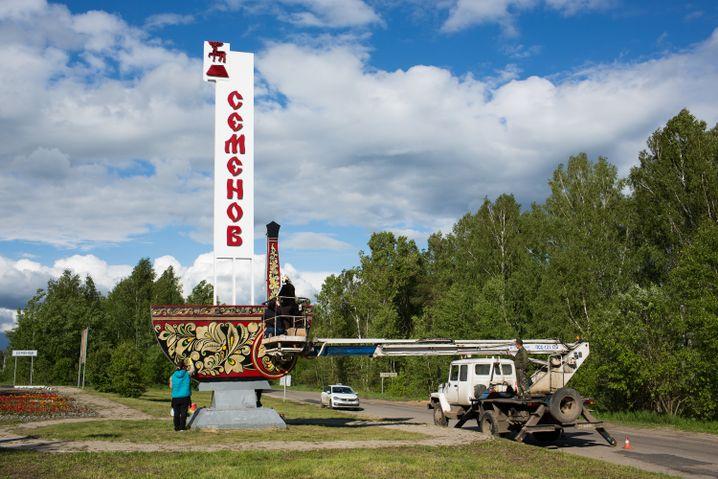 Schon bei der Einfahrt in die Stadt Semjonow begrüßen Chochloma-Verzierungen die Gäste