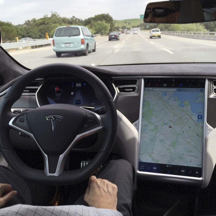 Ein Tesla S im Autopilot auf dem Highway