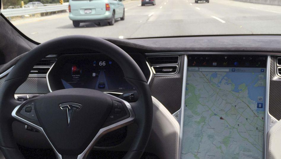 """Keine Hand am Steuer, kein Problem: Moderne Fahrassistenten wie Teslas """"Autopilot"""" können dem Fahrer Aufgaben abnehmen. US-Ermittlern zufolge kontrollieren sie aber nicht gut genug, ob sich die Fahrer auch wirklich auf den Verkehr konzentrieren"""