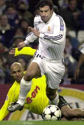 Luis Figo entwischt dem Dortmunder Dede