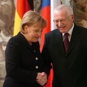 """Tschechiens Präsident Vaclav Klaus mit Angela Merkel: Der Euroskeptiker sieht nicht einmal Raum für """"kleine Schritte""""."""
