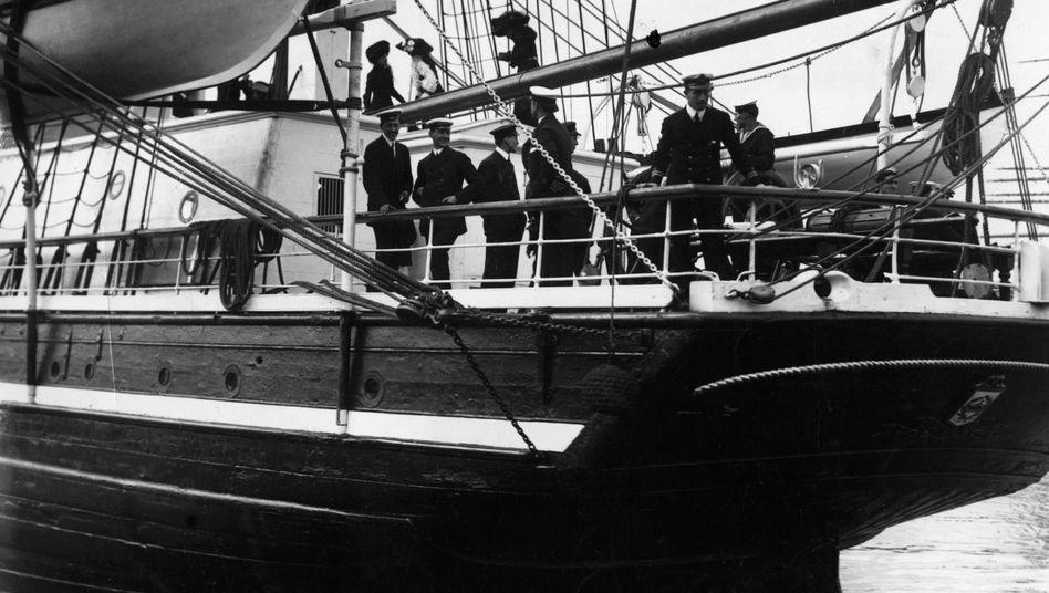 """""""SS Terra Nova"""" am 1. Mai 1910: Captain Scott und seine Mannschaft"""