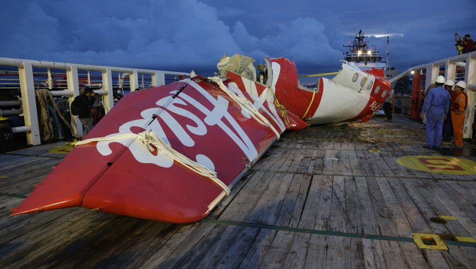 Wrackteil der abgestürzten Air-Asia-Maschine: Bergung soll weitergehen