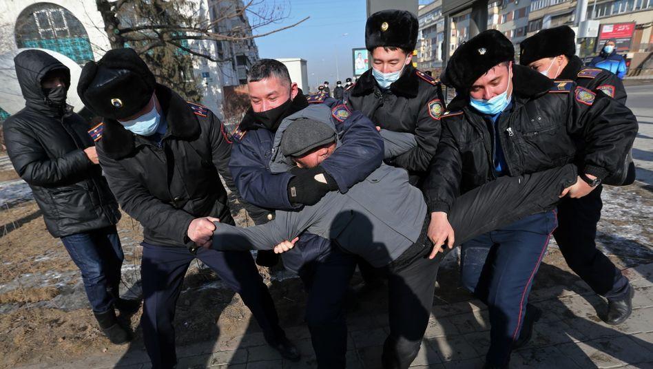 Kasachische Sicherheitskräfte schleppen einen Teilnehmer eines Oppositionsprotestes in der Stadt Almaty weg