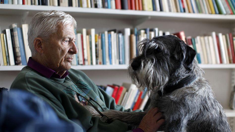 Einer der ganz großen schwedischen Geschichtenerzähler: Per Olov Enquist mit Hund (Foto von 2011)