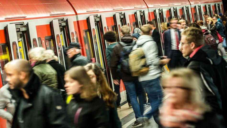 Fahrgäste nutzen die Münchner S-Bahn (Archiv): Vielfahren wird jetzt bestraft