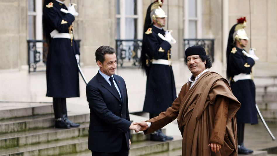 Damaliger Präsident Frankreichs, Nicolas Sarkozy, früherer lybischen Machthaber Muammar al-Gaddafi (2007)