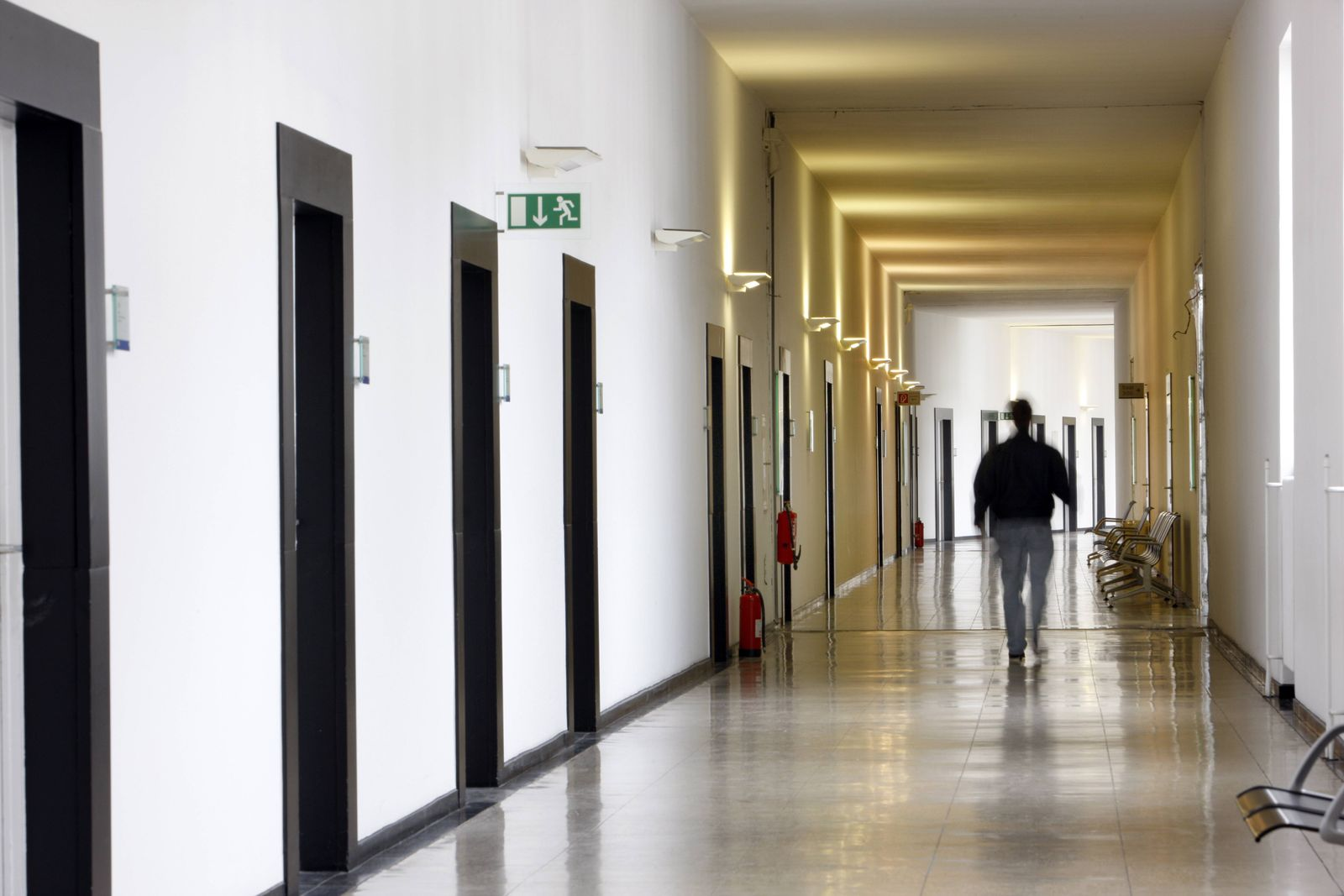 EINMALIGE VERWENDUNG Korridor/ Institution/ Gang/ Flur/ Behörde