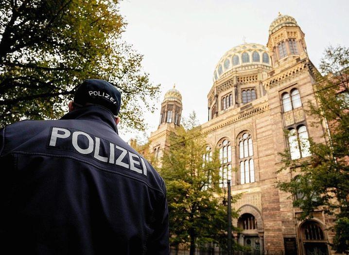 Aus Angst vor Anschlägen werden viele Orte jüdischen Lebens in Deutschland von der Polizei und von Sicherheitsleuten geschützt. Darunter auch Synagogen und Schulen.