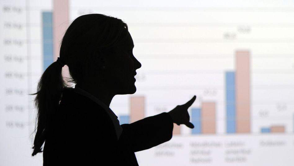 Frau erklärt eine Grafik in einem Berliner Büro (Symbolbild)