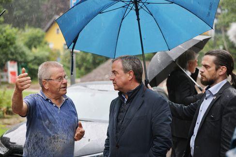 Laschet unterm Regenschirm