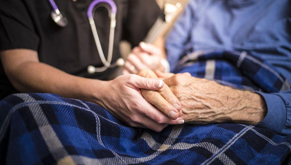 Arzt bei Patient (Symbolbild)